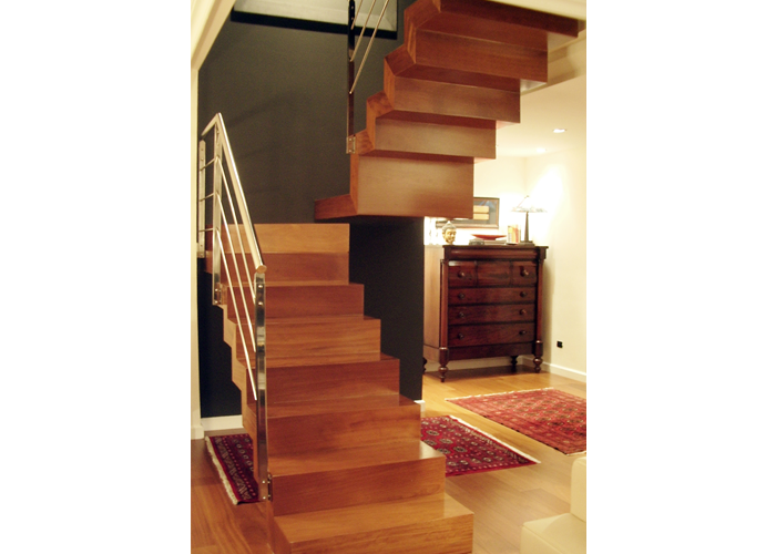 Pin pasamanos madera interior escalera genuardis portal on for Escalera madera 2 tramos